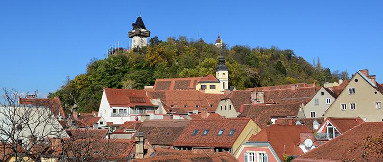 Schloßberg aus der Altstadt fotografiert