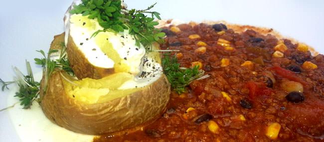 Beispiel Mittagsteller im eckstein: Chili con carne mit Ofenkartoffel und Sauerrahmaioli