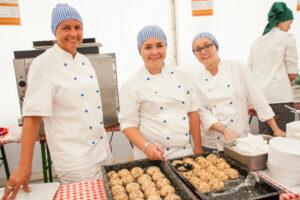SchülerInnen der Fachschulen für Land- und Ernährungswirtschaft bereiteten 1000 Knödel und waren bei der Ausgabe vor Ort | Foto: Kipper
